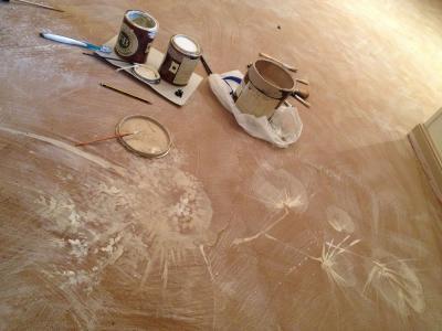 Pavimento di resina con decorazione artistica