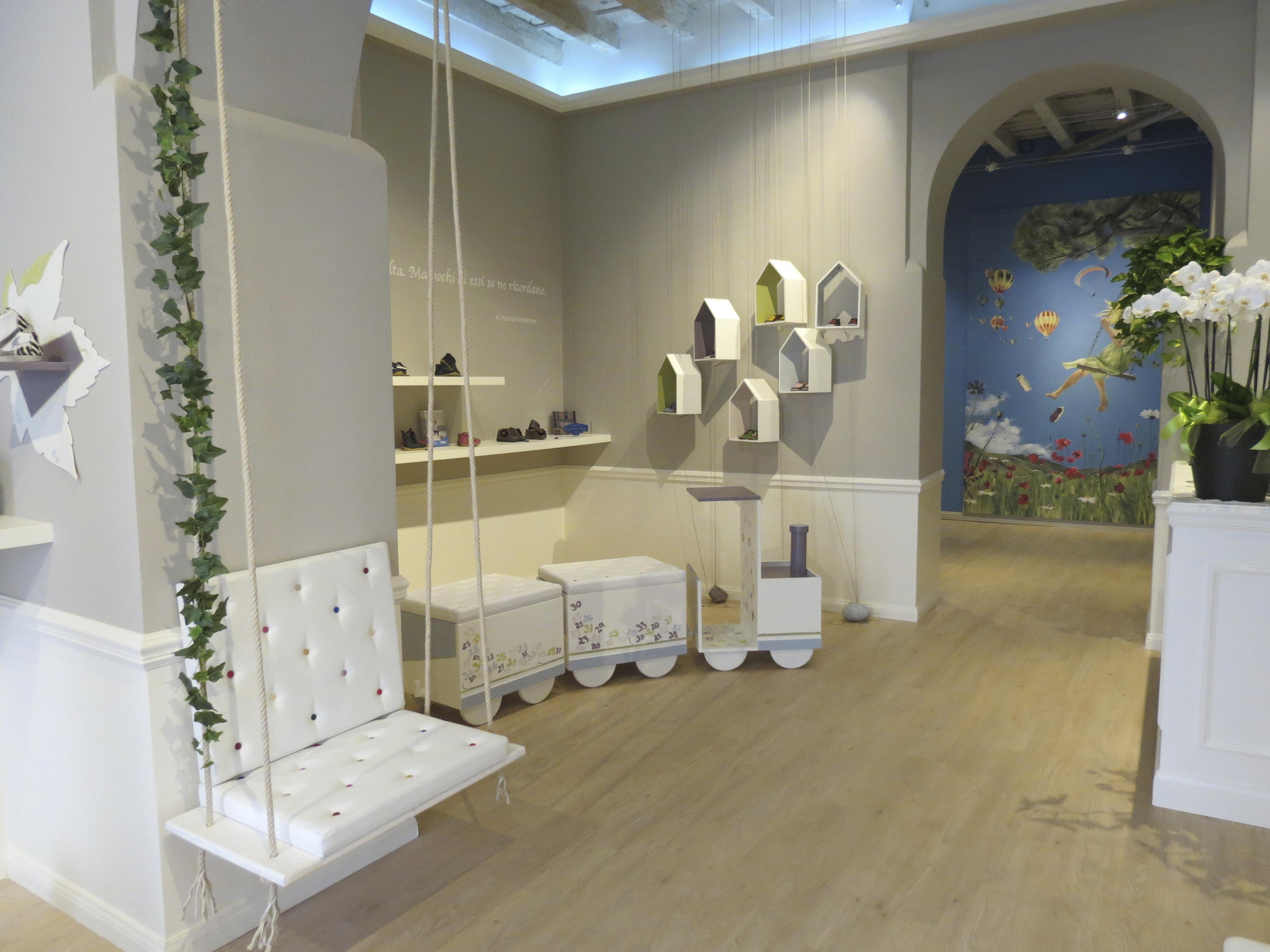 Negozi di scarpe negozio di scarpe per bambini instudio for Negozi di mobili di design atlanta